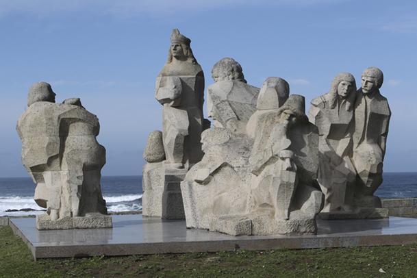Monumento Encuentro entre dos mundos, al pie del Monte Boi.