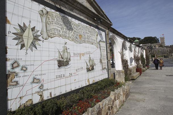 Mural azulejado con las rutas de regreso de las carabelas La Pinta y La Niña.