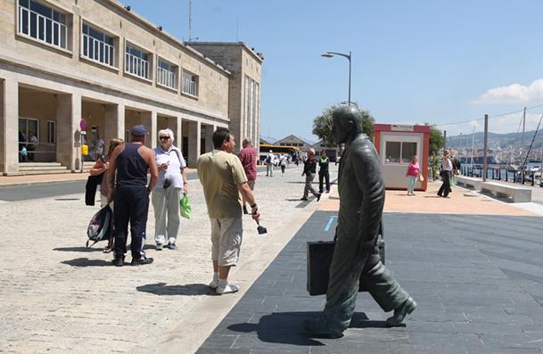 Estación Marítima de Vigo, con una estatua en bronce dedicada al emigrante.