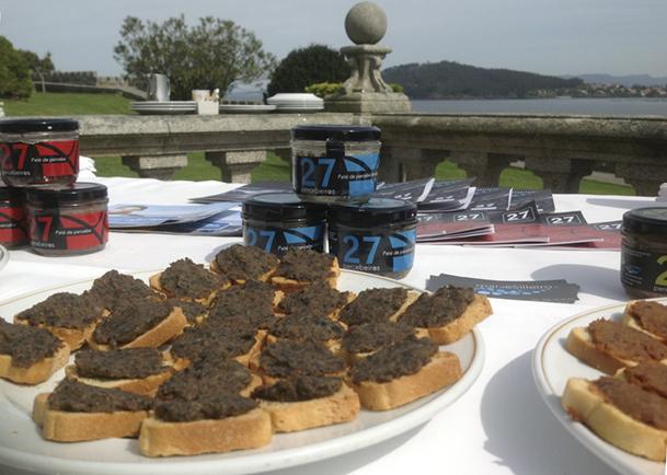 Exposición de productos de 27percebeiros, en la terraza de la cafetería del Parador de Turismo.