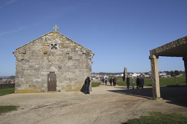 Ermita de Nosa Señora da Lanzada. Al fondo, los restos de una torre de la fortaleza medieval.