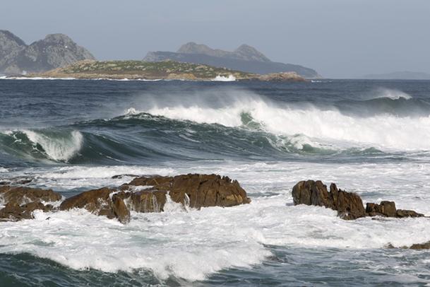 Islas Estelas, y al fondo, las Cíes.