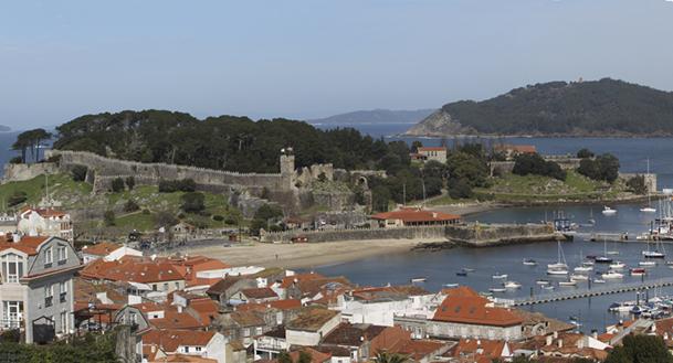 Panorámica de la fortaleza de Monterreal, Monteferro y el puerto deportivo de Baiona.