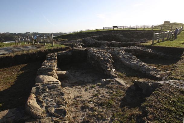 El yacimiento deja a la vista varias estancias de una factoría de pescado del siglo II a. de C. y cabañas castreñas.