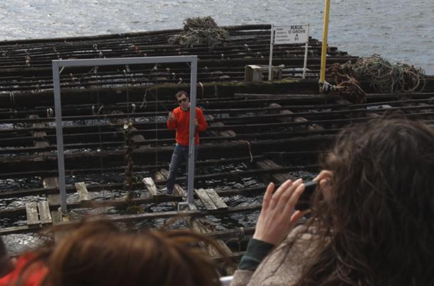 Darío, sobre la batea, dispone de un muestrario de tres cuerdas de los distintos tipos de cultivo en batea: mejillones, ostras y vieiras.