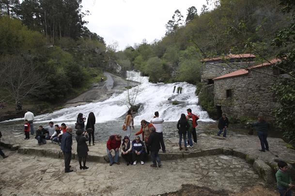 Visitantes en el Parque de la Naturaleza del río Barosa.