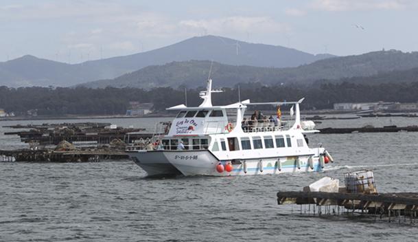 Uno de los catamaranes dedicados en O Grove a realizar rutas turísticas por los polígonos de bateas.