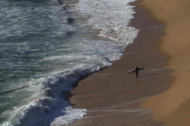 Surfista en la playa de Foxos, anterior a la de A Lanzada.