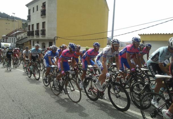 Pelotón de la Vuelta Ciclista a España, en una etapa en Galicia en 2012.