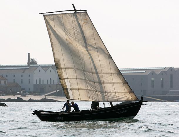 Embarcación tradicional frente al Museo do Mar de Vigo.