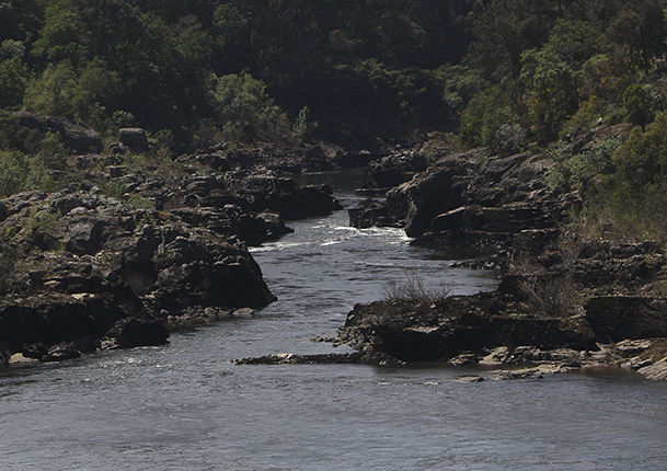 "Tramo del río donde se ubican seis ""pesqueras"" que forman la Ruta Interpretativa de las Pesqueiras, en la parroquia de Sela."