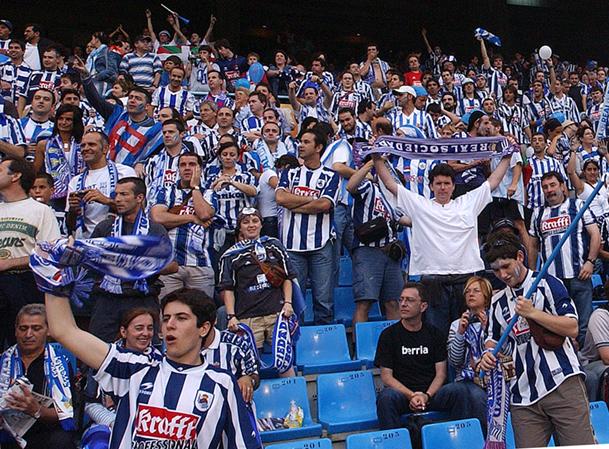 Aficionados de la Real Sociedad en el estadio de fútbol de Balaídos (Vigo).
