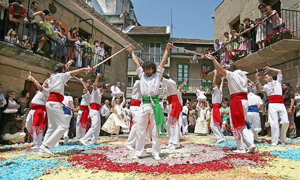 Danza de las Penlas y las Espadas, en Redondela, sobre alfombras de flores.