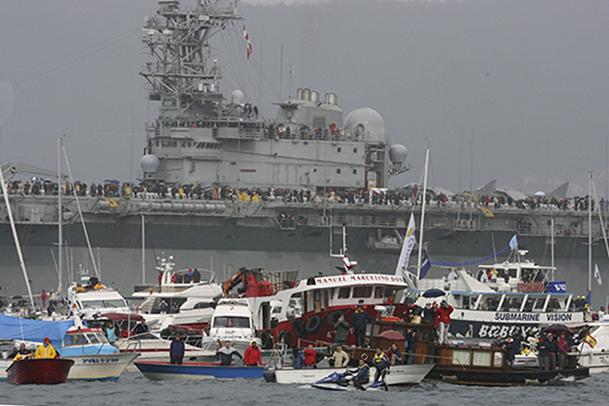 Imagen del numeroso público que congregó en Vigo la salida de la Volvo Ocean Race en 2005.