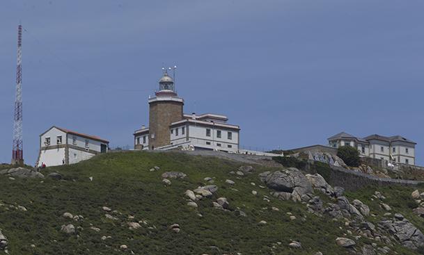 Los tres edificios de señales que coronan la punta de Cabo Fisterra.