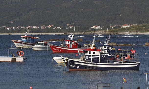 Barcos pesqueros en el puerto de Lira (Carnota).