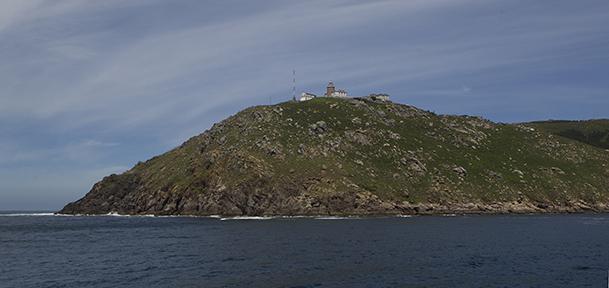 Cabo Fisterra, con sus tres construcciones: el faro, la sirena antiniebla o Vaca de Fisterra, y el Semáforo.