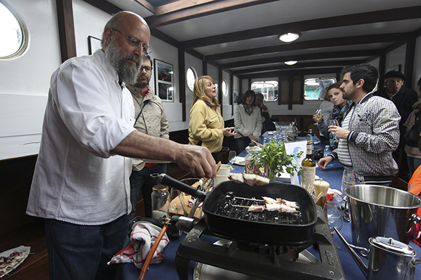 "Carlos Núñez Pombo, conduciendo su taller gastronómico a bordo del ""Joaquín Vieta""."