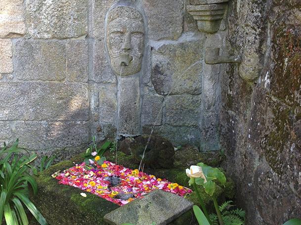 Una de las fuentes de cantería de los jardines del pazo La Moreira.