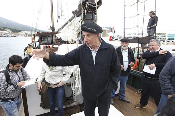 """A bordo del """"Joaquín Vieta"""", escuchando a su capitán."""