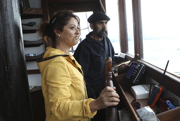 """Carmen Lameiro, patrona del """"Joaquín Vieta"""", y el marinero Xan."""