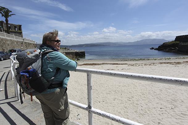 Peregrina en Fisterra, frente a la playa de A Ribeira.