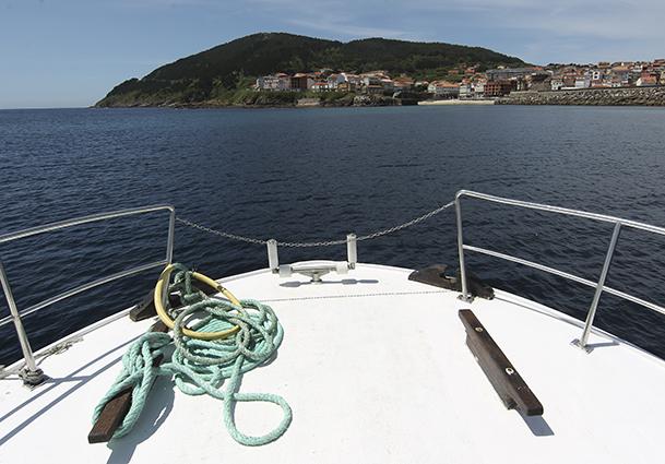 """A bordo del """"María Elena"""", un catamarán que hace recorridos por la costa de Fisterra."""