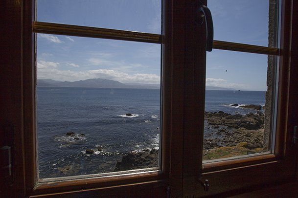 Vista desde la ventana del Museo de la Pesca de Fisterra, ubicado en el castillo de San Carlos.