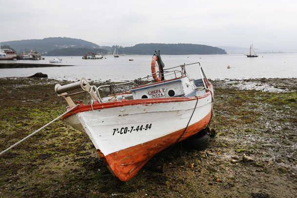 Barca de madera dedicada a la pesca, en O Freixo.