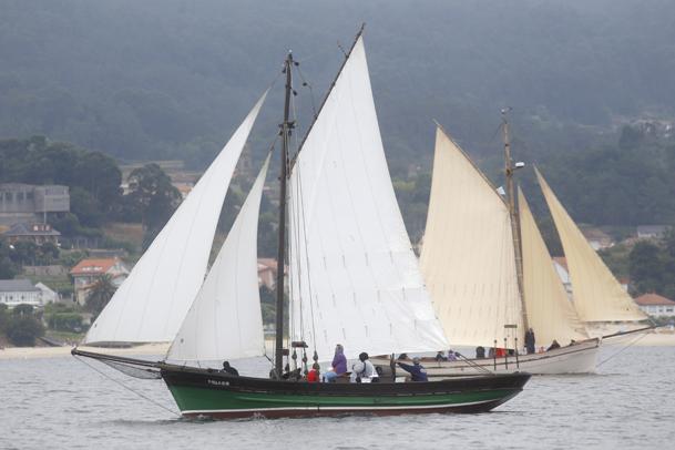 Embarcaciones tradicionales navegando en la ría de Muros e Noia.