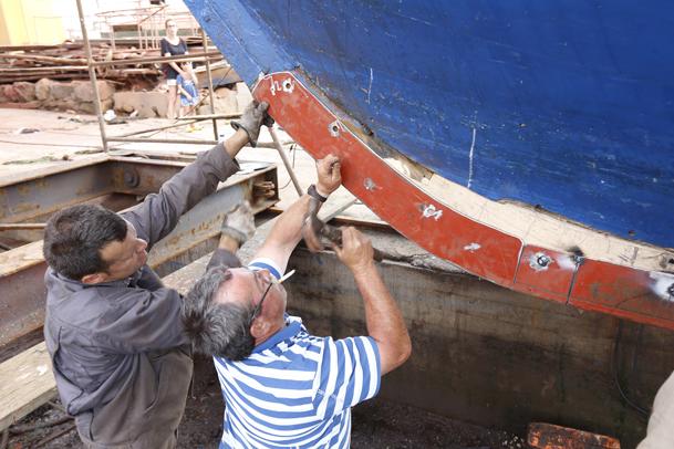 Trabajos de reparación de la quilla de un barco de madera.
