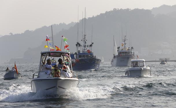 La procesión marítima es también un momento de ocio para muchos.
