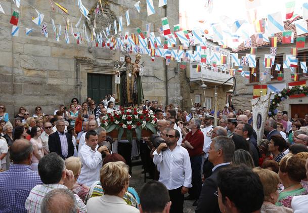 La procesión, frente a la capilla de la Virgen del Carmen.