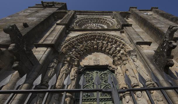 Portada de la iglesia de San Martiño, del siglo XV.