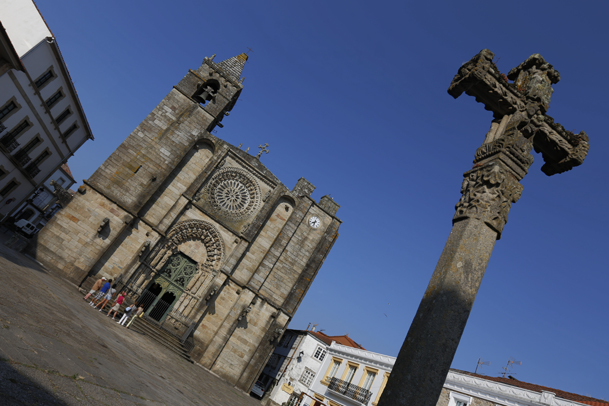 Fachada principal de la iglesia de San Martiño, en la plaza de O Tapal.