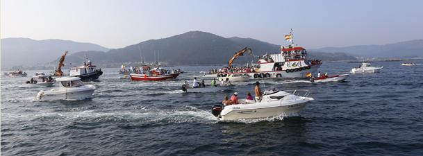 El ambiente de la procesión se llena del estruendo de motores, sirenas y bocinas.