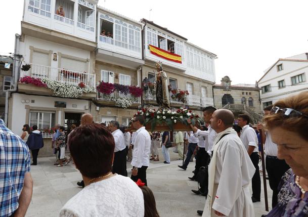 La procesión por las calles del centro histórico de Muros.