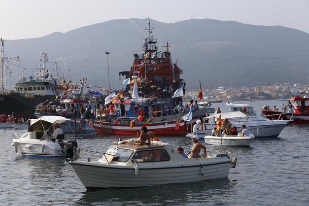 Concentración de embarcaciones en el muelle de Muros.