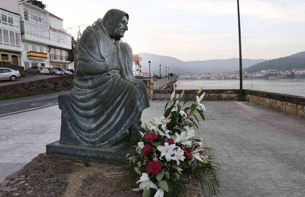 Escultura de Ramón Conde, en homenaje a los marineros y a sus mujeres.