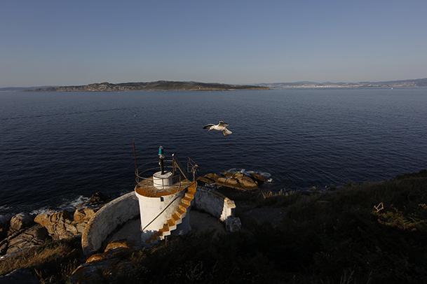 Baliza de Monteagudo, en la punta Norte, con la isla de Ons al fondo.