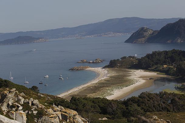 Vista general de la playa de Rodas, la isla Sur y la boca Sur de la ría de Vigo.
