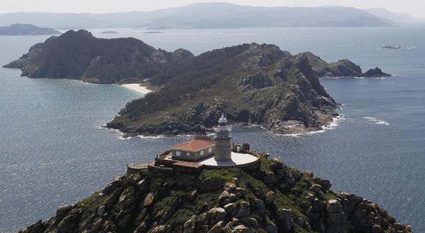 Vista aérea de la isla Sur, con el faro de Cíes en primer plano.