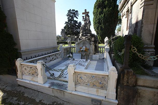 Tumba en el cementerio de Pereiró-Vigo.