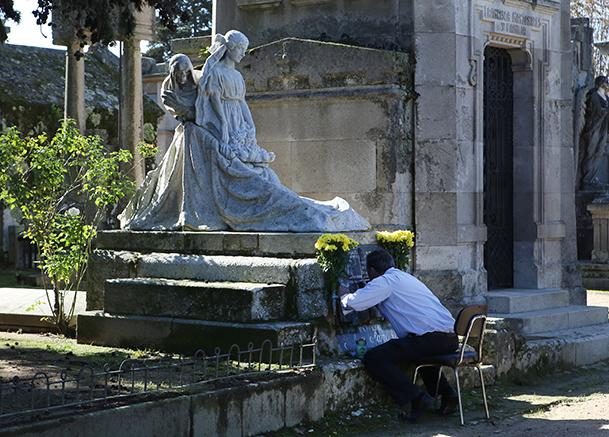 La muerte acechando tras la muchacha, obra del escultor Asorey, sobre la tumba de las tres hijas del fotógrafo
