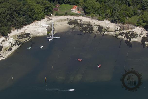 Vista aérea de la cara Sur de la isla, donde se encuentra el embarcadero.