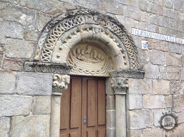 Imagen de la traslación de los restos del Apóstol, en el tímpano de la puerta de la iglesia de Cereixo.