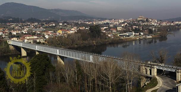 Vista de Tui y su puente internacional sobre el Miño en primer plano.