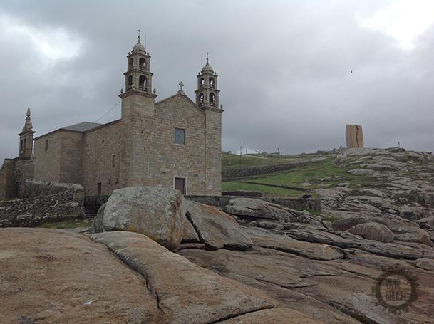Santuario de la Virgen de A Barca, frente al mar, en Muxía.