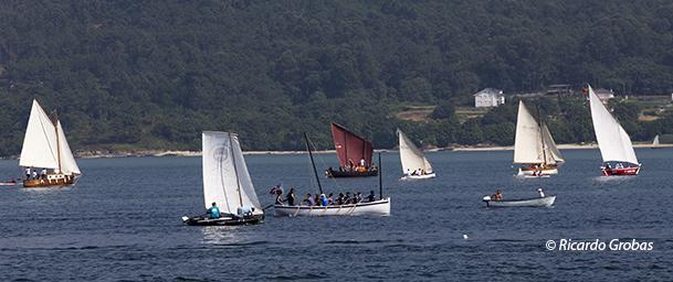 Embarcaciones tradicionales navegando en la ría de Muros.