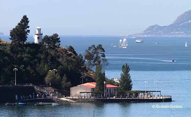 Faro del monte de A Guía, dentro de la ría de Vigo.